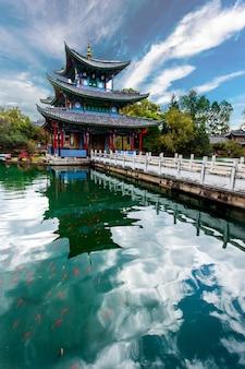 Schöne aussicht auf den jade dragon snow mountain und die suocui-brücke über dem black dragon pool im jade spring park, lijiang, yunnan