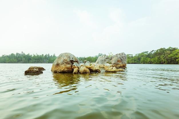 Schöne aussicht auf den koggala-see in sri lanka am sonnigen abend