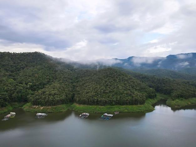 Schöne aussicht auf den mae ngad damm, bestehend aus bergen, fluss und himmel