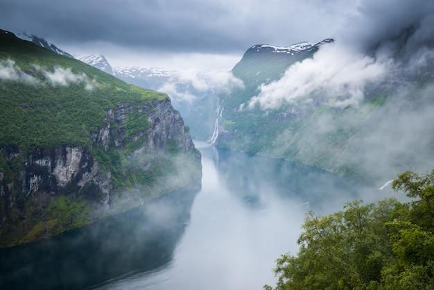 Schöne aussicht auf den norwegischen fjord