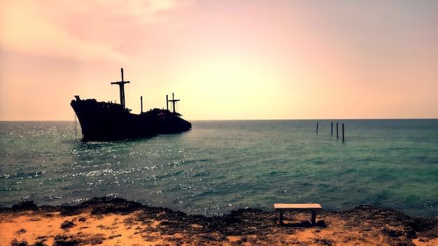 Schöne aussicht auf den rest des griechischen schiffes am strand in kish island, persischer golf, iran