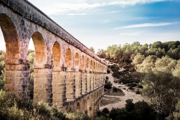 Schöne aussicht auf den römischen aquädukt pont del diable in tarragona bei sonnenuntergang.
