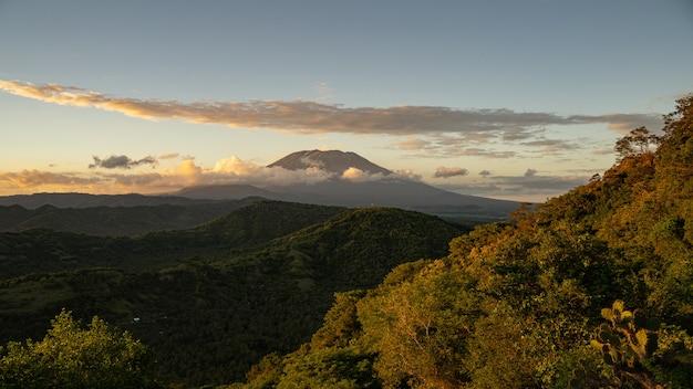 Schöne aussicht auf den schlafenden vulkan im tropischen bergtal stockfoto