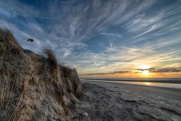 Schöne aussicht auf den sonnenaufgang am strand
