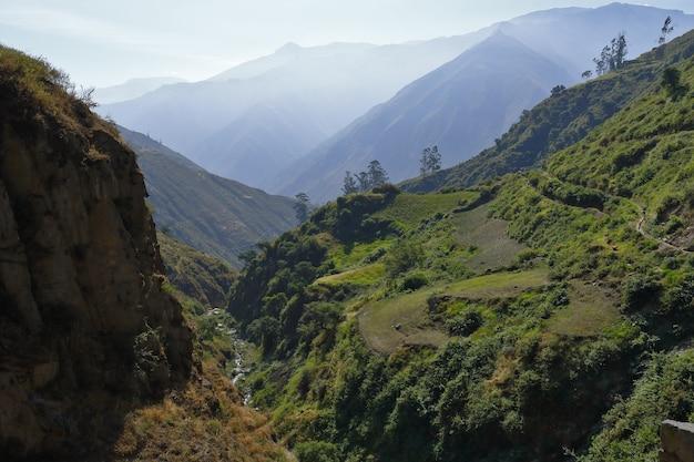 Schöne aussicht auf den sonnenuntergang von der landschaft auf den höhen des stadtteils san jeronimo de surco.