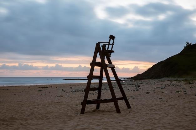 Schöne aussicht auf den strand bei bewölktem himmel