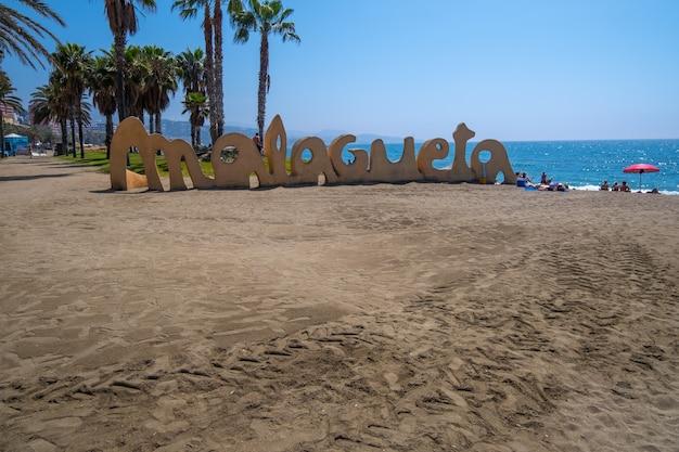 Schöne aussicht auf den strand von malagueta im sommer.