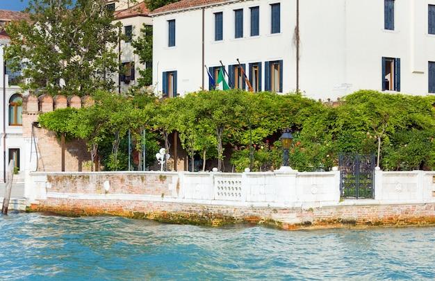 Schöne aussicht auf den venezianischen kanal im sommer, venedig, italien