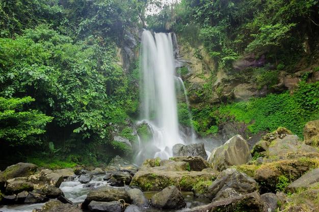 Schöne aussicht auf den wasserfall auf north bengkulu, indonesien