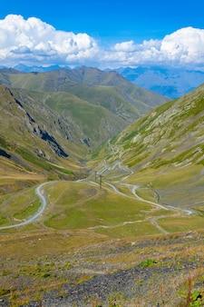 Schöne aussicht auf die abano-schlucht in tusheti, gefährliche bergstraße in georgien und europa. landschaft