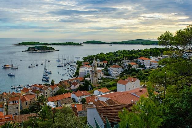 Schöne aussicht auf die altstadt von hvar auf der insel hvar in kroatien