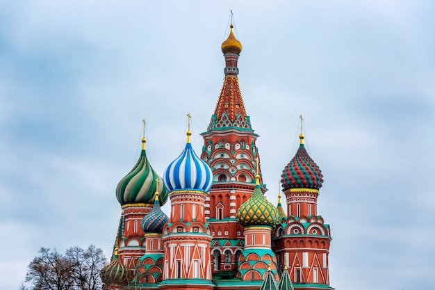 Schöne aussicht auf die basilius-kathedrale auf dem roten platz an einem wolkigen tag.