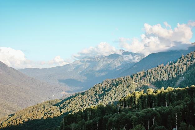 Schöne aussicht auf die berge mit großen wolken im blauen himmel.