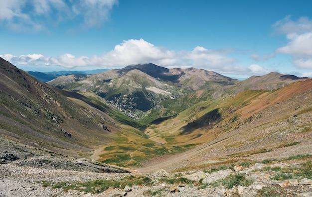 Schöne aussicht auf die berge. reise- und aktives lifestyle-konzept
