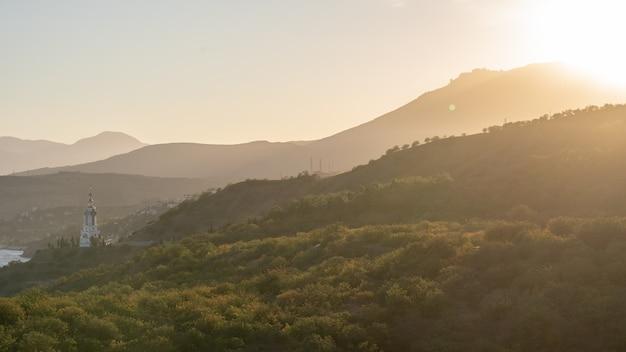 Schöne aussicht auf die berge vom gipfel. sonnenuntergang in den bergen. platz kopieren