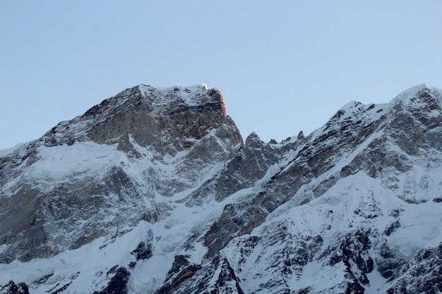Schöne aussicht auf die berge von kedarnath, uttarakhand