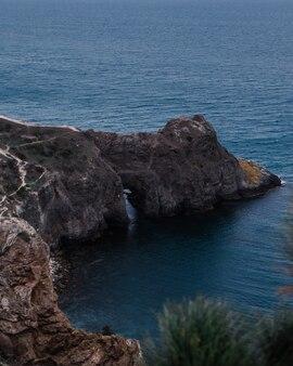 Schöne aussicht auf die diana-grotte am meer