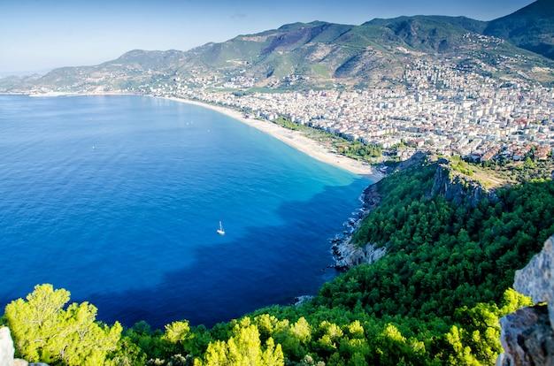 Schöne aussicht auf die festung und die stadt von oben. landschaft der türkei.