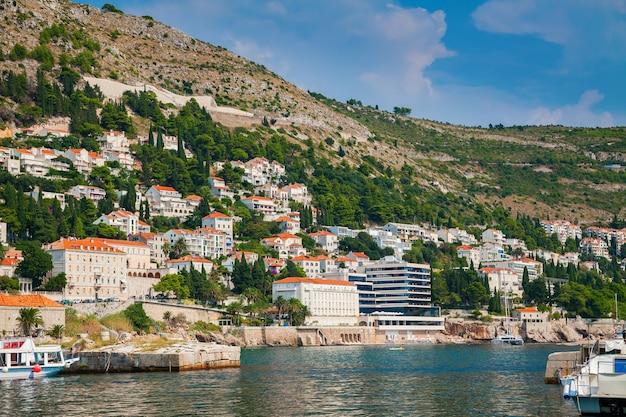 Schöne aussicht auf die häuser in der nähe von dubrovnik meer, süddalmatien, kroatien