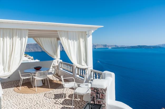 Schöne aussicht auf die insel santorini von einer terrasse