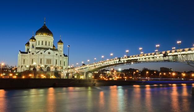 Schöne aussicht auf die kathedrale von christus der erlöser in der dämmerung in moskau, russland