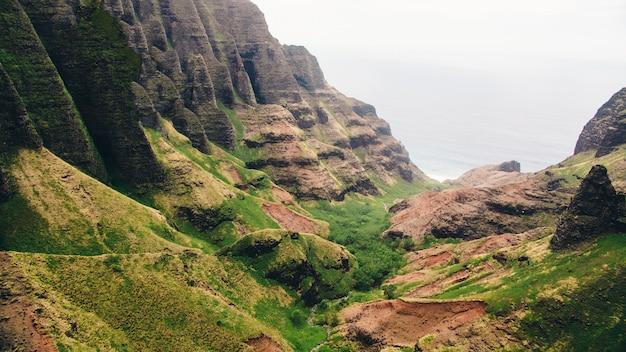 Schöne aussicht auf die klippen über dem ozean in kauai, hawaii gefangen genommen