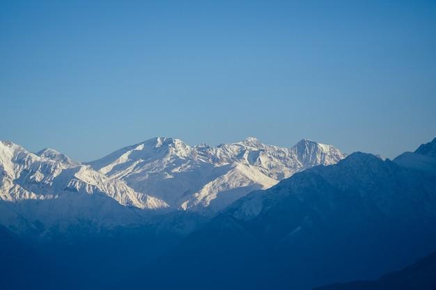 Schöne aussicht auf die landschaft des himalaya-gebirges. schneebedeckte berggipfel. trekkingkonzept in den bergen
