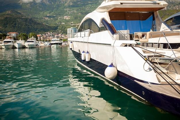 Schöne aussicht auf die luxuriöse weiße yacht, die in der meeresbucht vor anker liegt?