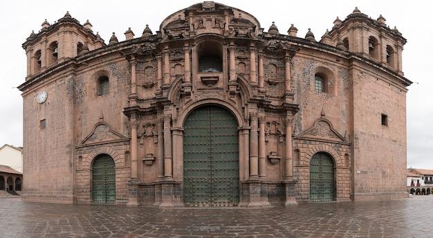 Schöne aussicht auf die plaza de armas in cusco, peru an einem wolkigen tag eingefangen
