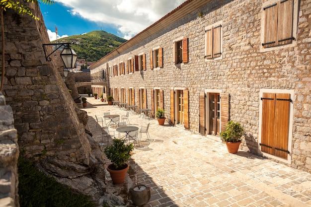 Schöne aussicht auf die schmale straße in der altstadt von budva, montenegro