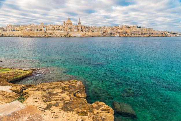 Schöne aussicht auf die skyline der altstadt von valletta, malta von der stadt sliema auf der anderen seite des marsans-hafens