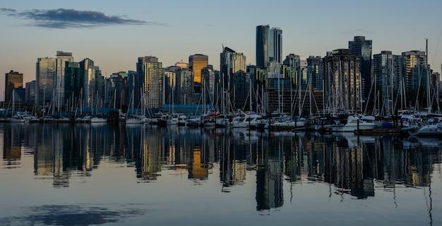 Schöne aussicht auf die skyline von vancouver mit dem berühmten stanley park im malerischen goldenen abendlicht bei sonnenuntergang mit pastellfarbenem filtereffekt im retro-vintage-instagram-stil im sommer, british columbia, kanada