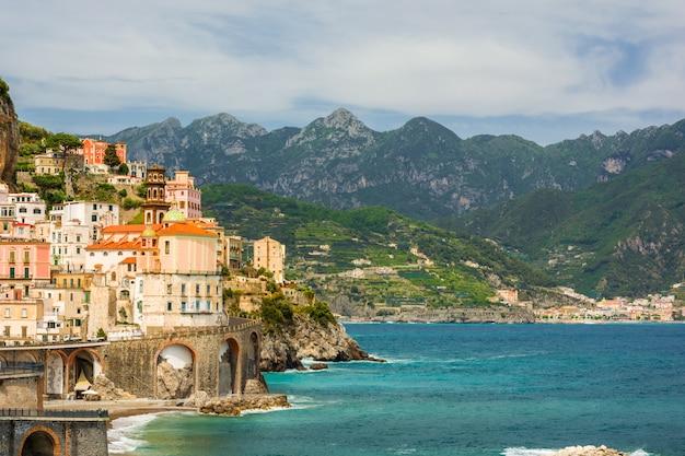Schöne aussicht auf die stadt atrani, italien