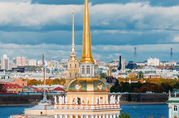 Schöne aussicht auf die türme der admiralität und peter-pavels festung von der isaak-kathedrale, sankt petersburg, russland.