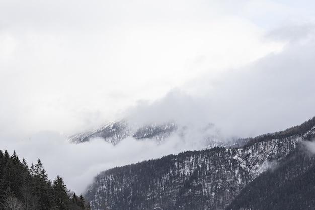 Schöne aussicht auf die verschneiten berge an einem nebligen tag