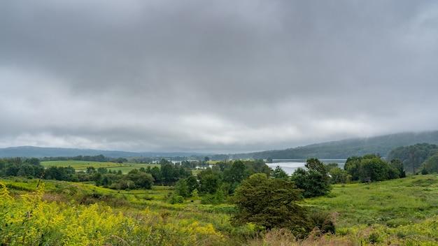 Schöne aussicht auf eine landschaft mit grün unter einem bewölkten himmel