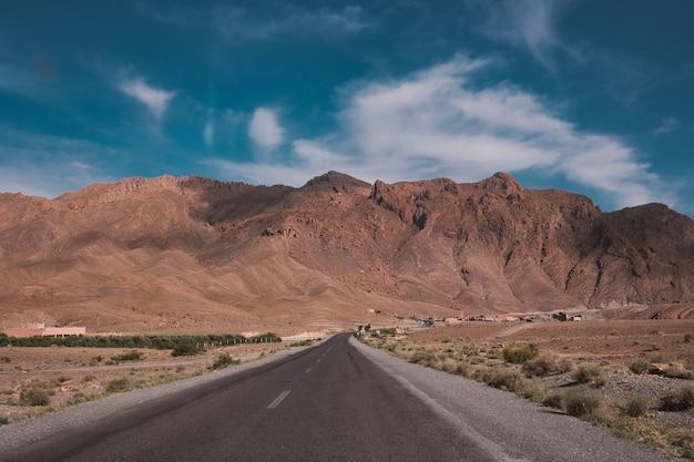 Schöne aussicht auf eine straße mit den bergen in marokko gefangen