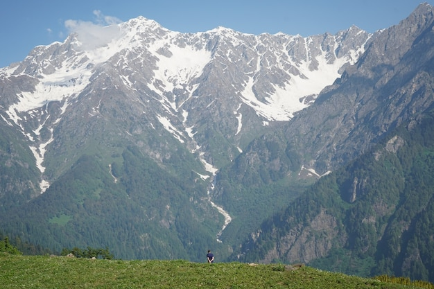 Schöne aussicht auf einen berg an einem sonnigen tag