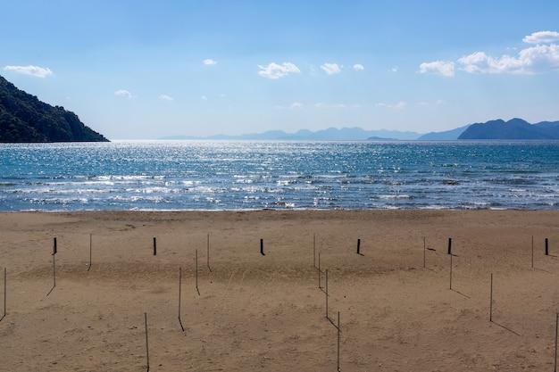 Schöne aussicht auf einen strand in der nähe des strandes iztuzu in dalyan, mugla, türkei