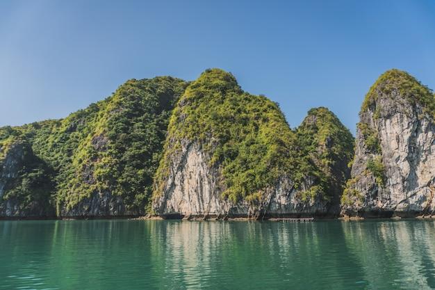 Schöne aussicht auf felsen iisland in halong bay in vietnam