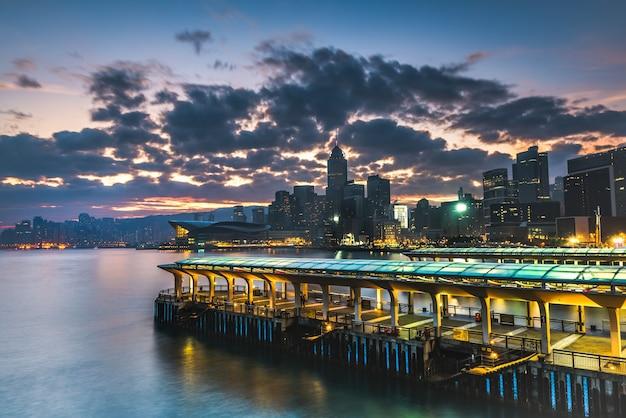 Schöne aussicht auf hongkong mit wolkenkratzern während des sonnenuntergangs