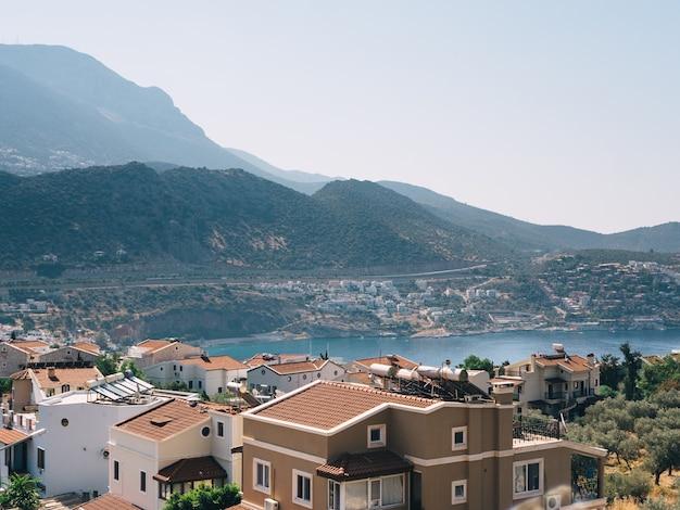 Schöne aussicht auf kalkan resort mit meerblick