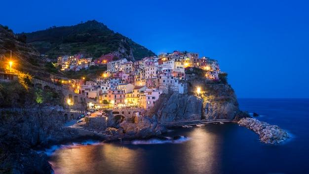 Schöne aussicht auf lichter in manarola dorf von cinque terre italien
