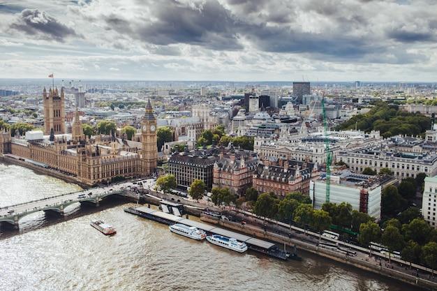 Schöne aussicht auf london mit seinen berühmten gebäuden: big ben, palace of westminster, westminster bridge