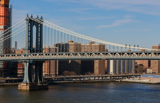 Schöne aussicht auf manhattan bridge street, brooklyn, new york, usa