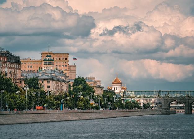 Schöne aussicht auf moskau. moskauer frunzenskaya-damm, ein altes gebäude der sowjetischen architektur.