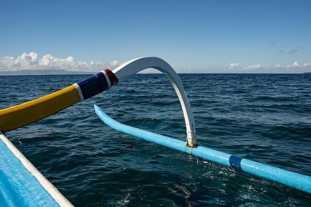 Schöne aussicht auf ruhige meereswellen unter blauem himmel stockfoto