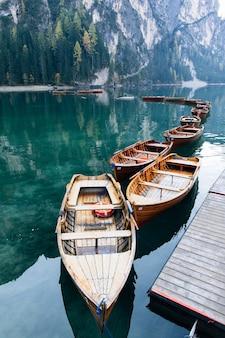 Schöne aussicht auf traditionelle hölzerne ruderboote am lago di braies in den dolomiten