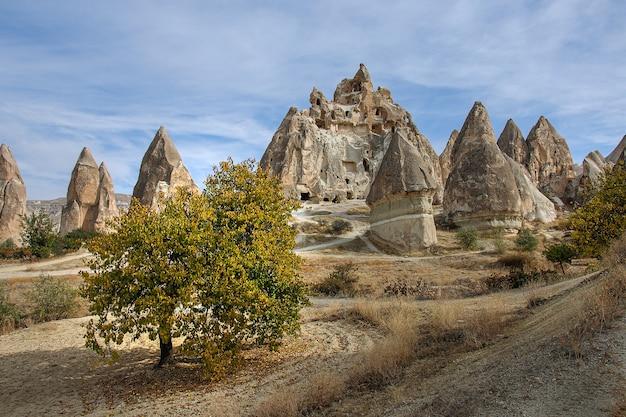 Schöne aussicht auf türkische wahrzeichen sandberge von kappadokien