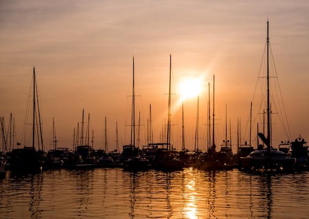 Schöne aussicht auf yachthafen und hafen mit yachten und motorbooten.